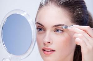 woman-plucking-eyebrows